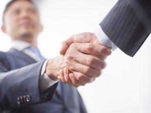 私なら握手を交わすビジネスマン